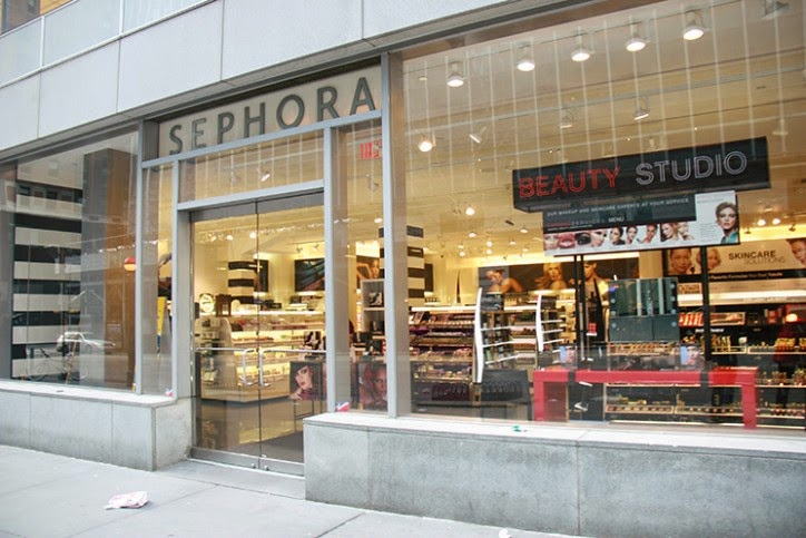 aba991ffc É claro que conheço a realidade do pequeno comerciante e que a maioria das  lojas de cosméticos são bem menores. Mas é com a grandes marcas que  aprendemos.