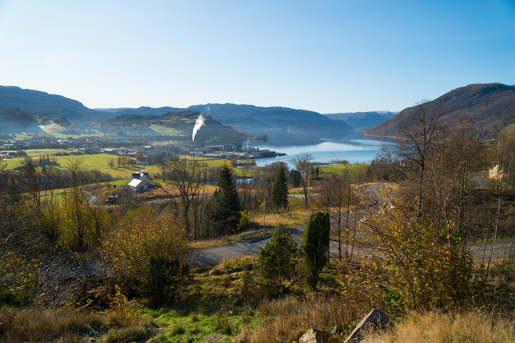 Veg med utsikt til tettstad og fjord