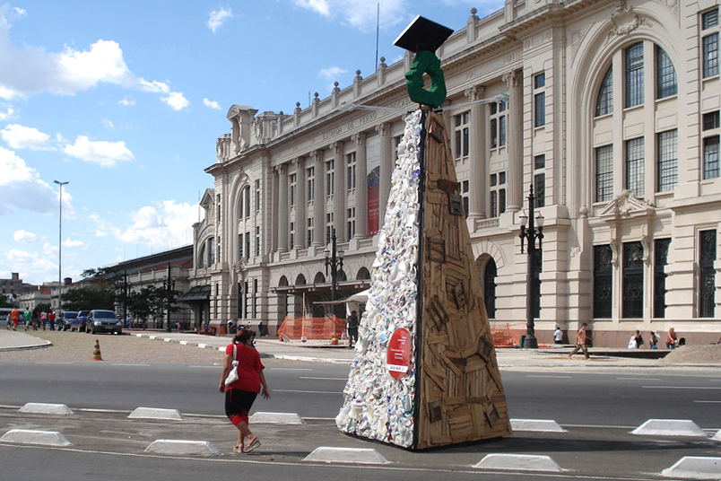 Exhibition with 35 trees made from recyclable materials picked up in recycling cooperatives.