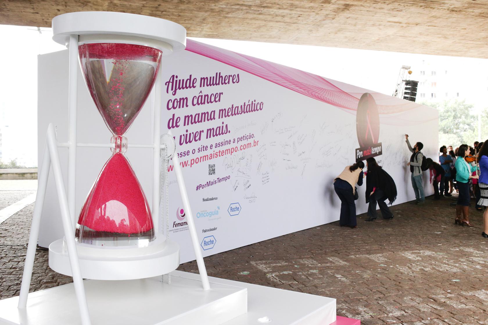 Escultura de ampulheta gigante onde o fluído corre para cima no Museu de Arte de São Paulo (MASP).