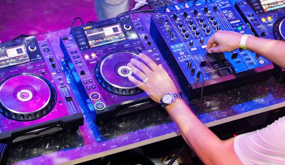 DJs in restaurants are they good idea