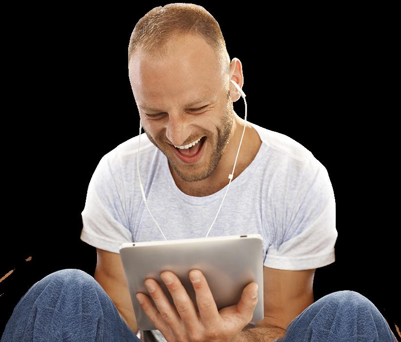 Mann holder iPad og har gode nettopplevelser
