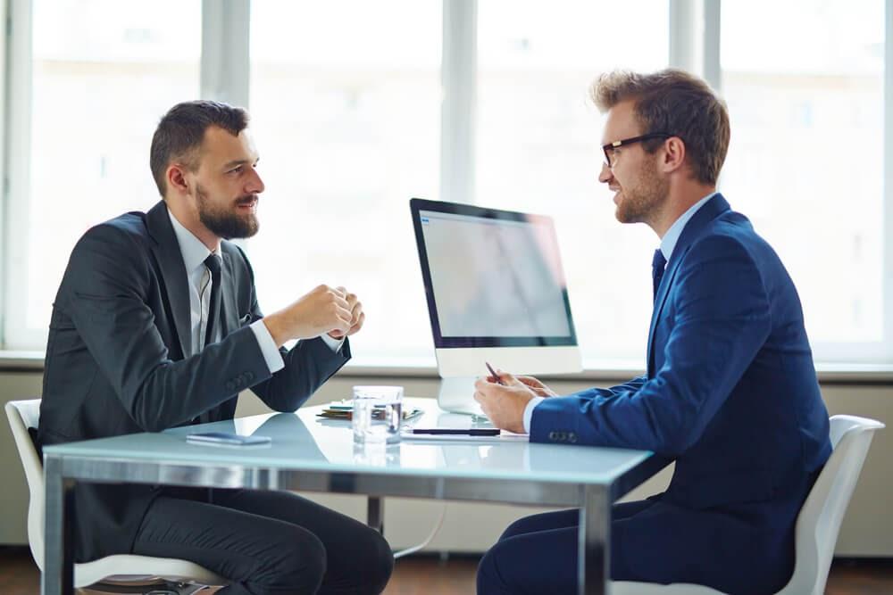 gestor em uma entrevista de emprego com candidato