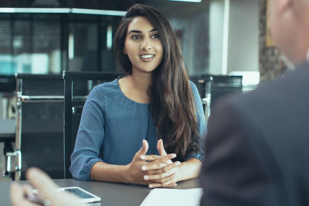 entrevista de emprego com uma jovem