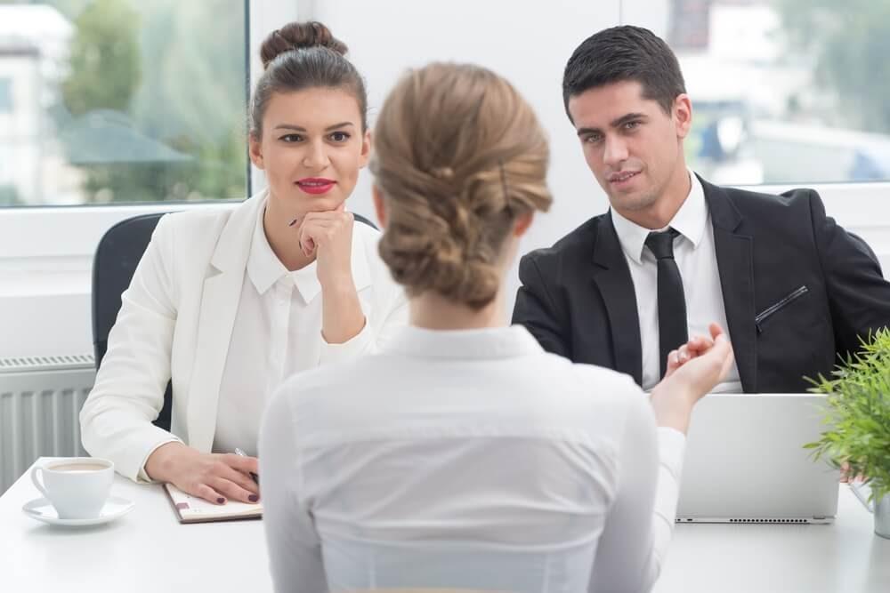 pessoa sendo entrevistada por recrutadores