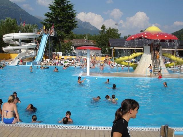 Het zwembad van International Sportscamping in Porlezza