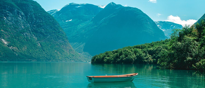 Foto Klimaneutral –Bergsee mit leerem Ruderboot