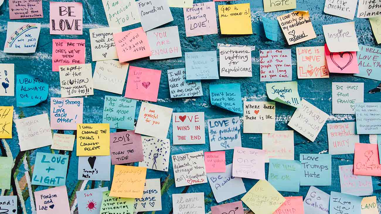 Bild – Design verbindet, viele Post-its mit Liebesbotschaften