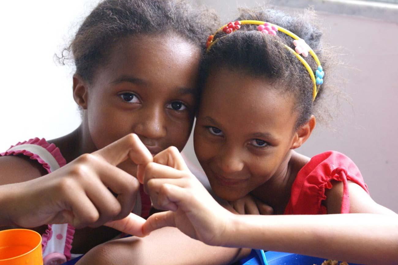 Bild –zwei Kinder, die mit ihren Händen ein Herz formen.