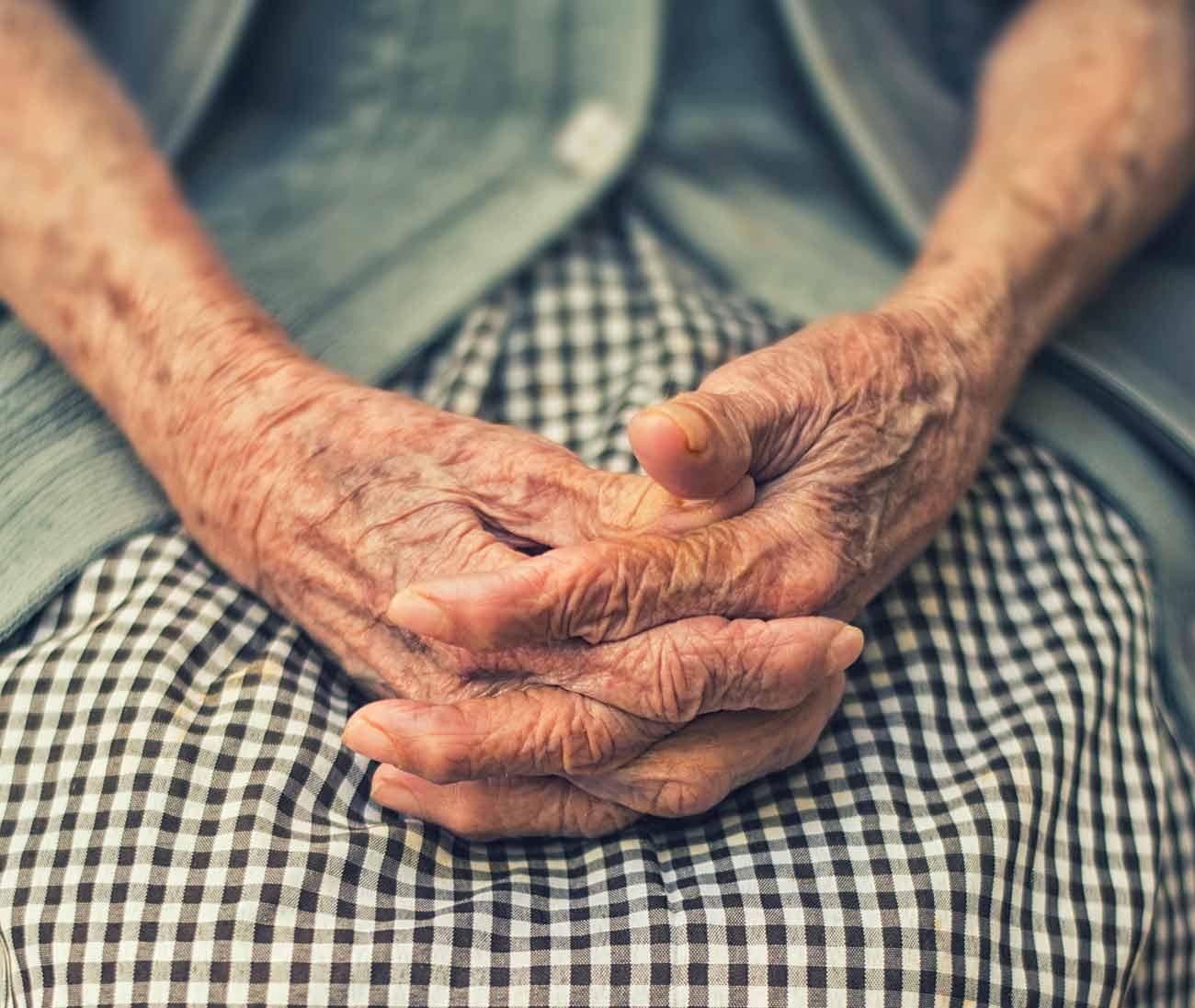 Bild –Nahaufnahme, die ältere Frauenhände zeigt, zusammengefaltet in Gebetshaltung.