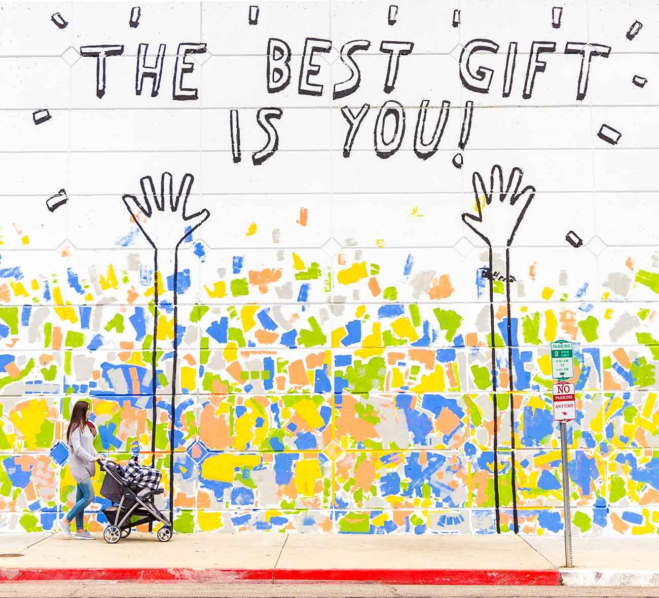 Bild –Eine Mauer auf der steht »The Best gift is you«.
