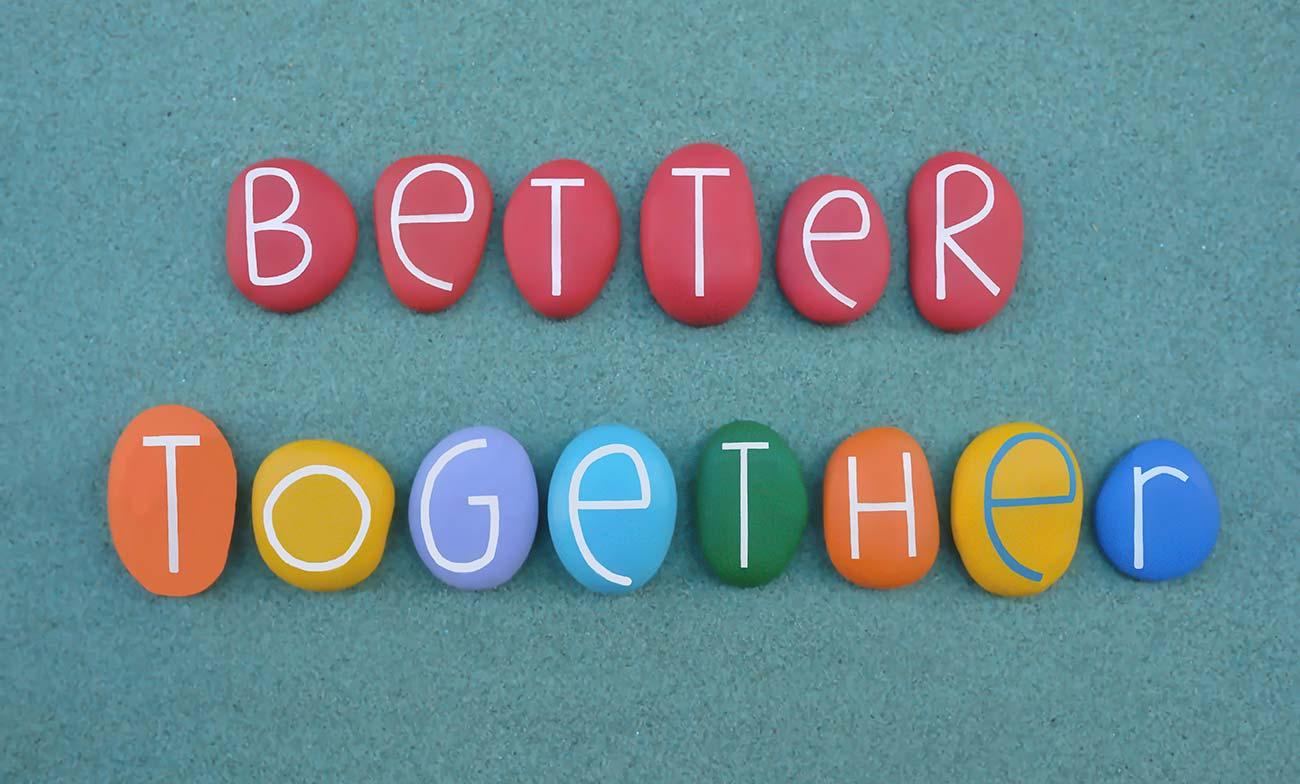 Bild –Verschiedenfarbige Steine auf denen »Better Together« steht.