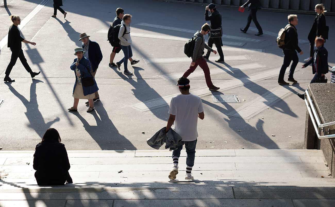 Bild –Menschen laufen auf der Straße