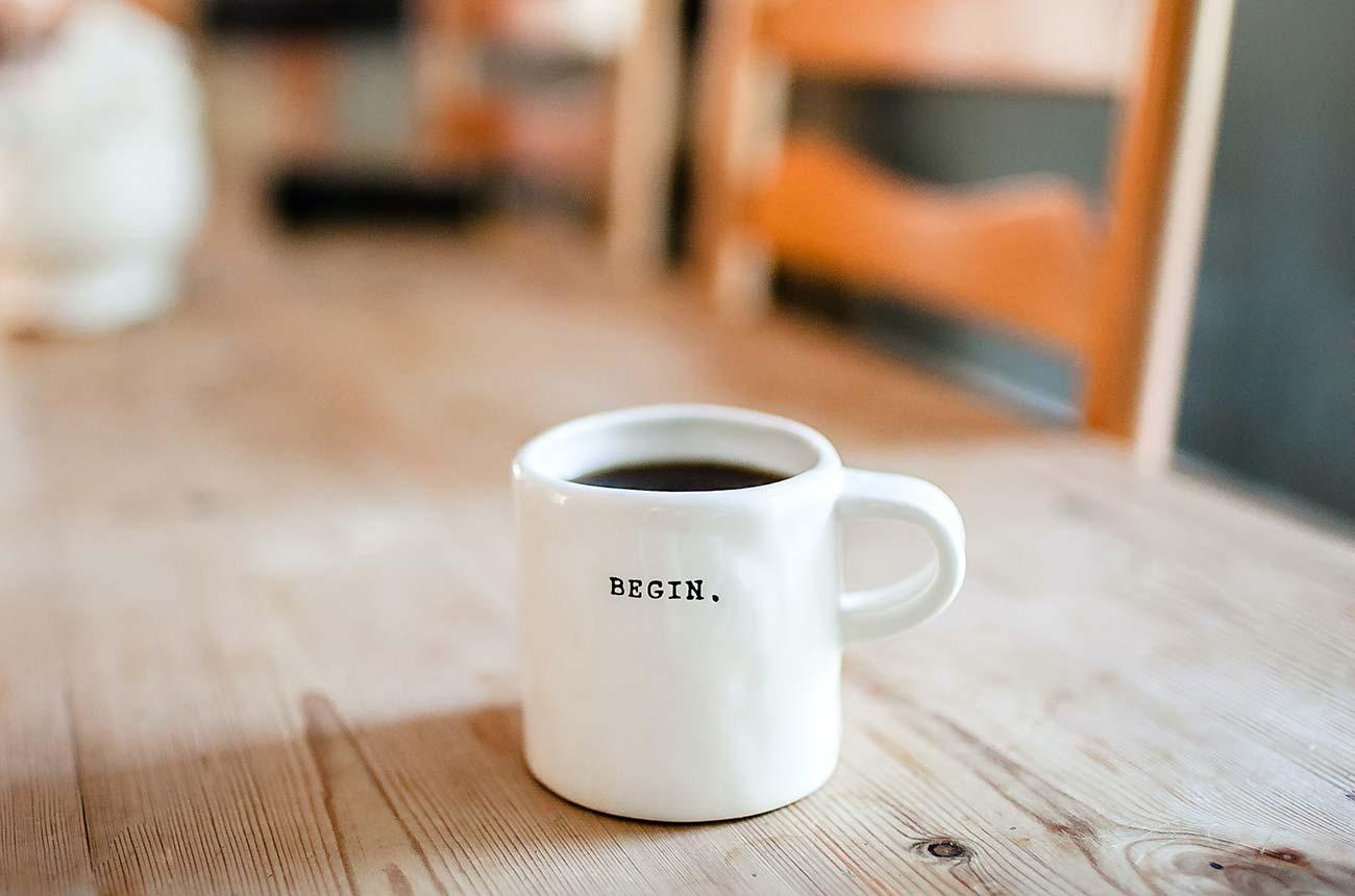 Bild –Kaffeetasse mit der Aufschrift »Begin«.