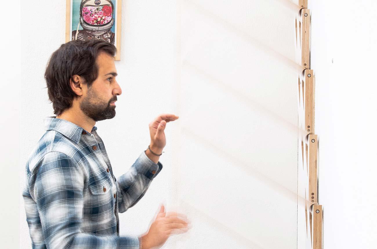 Bild –Person demonstriert den Klappmechanismus
