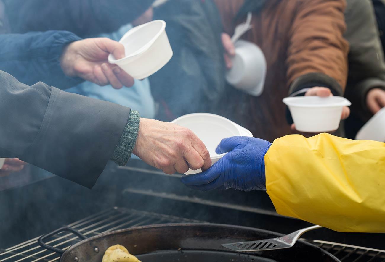 Bild: Thema Kältebus –Essensausgabe im Freien