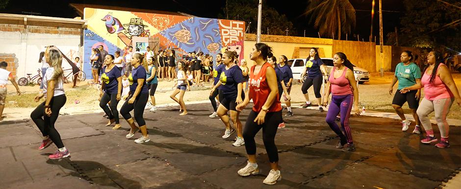 """Ação """"Outubro Rosa Vidança"""" leva dança e serviços gratuitos para comunidade do Vila Velha, em Fortaleza"""