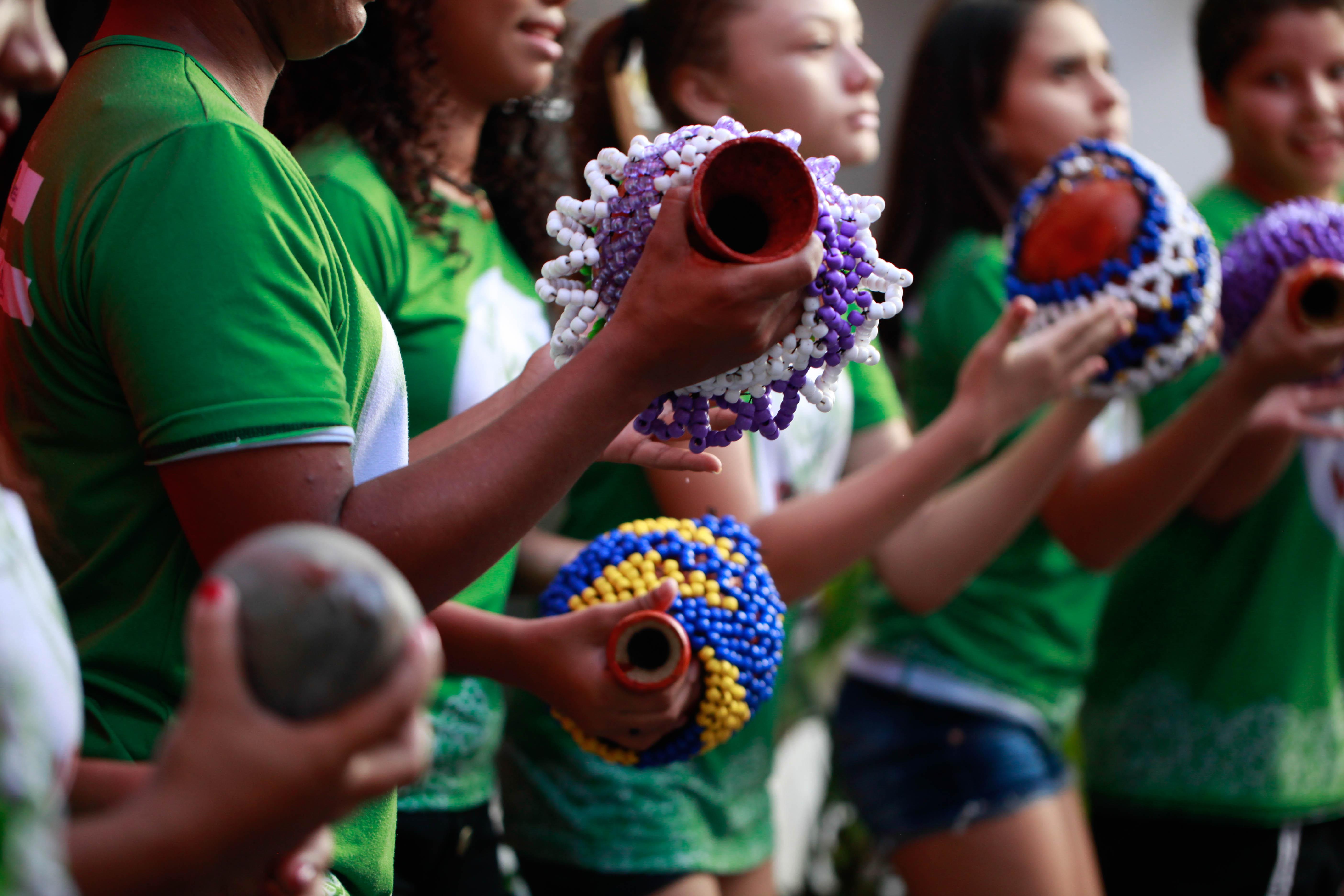 Crianças aprendem a construir instrumentos de percussão, na Escola e Cia. Vidança