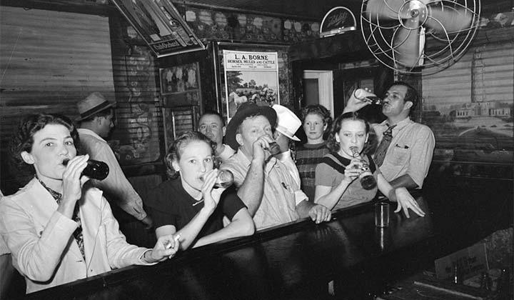 Hommes et femmes se partagent le comptoir pour une bière