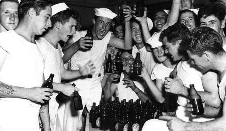 Marins fêtant la victoire autour d'une bière