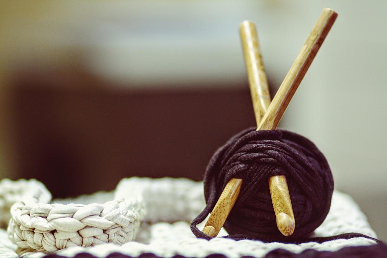 Image of gray yarn ball.