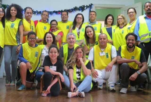 Voluntários na sede do Instituto Construir