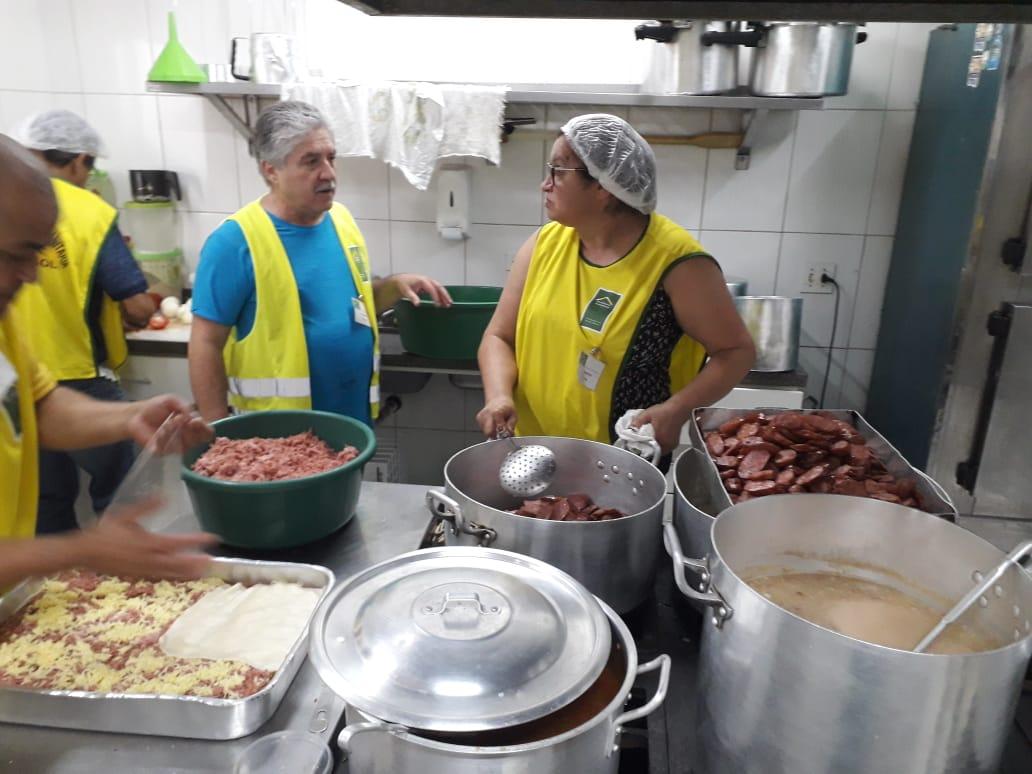 Voluntários preparando almoço para os moradores de rua