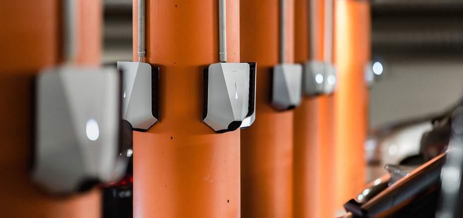 Flere easee chargers er installert i parkeringsanlegg
