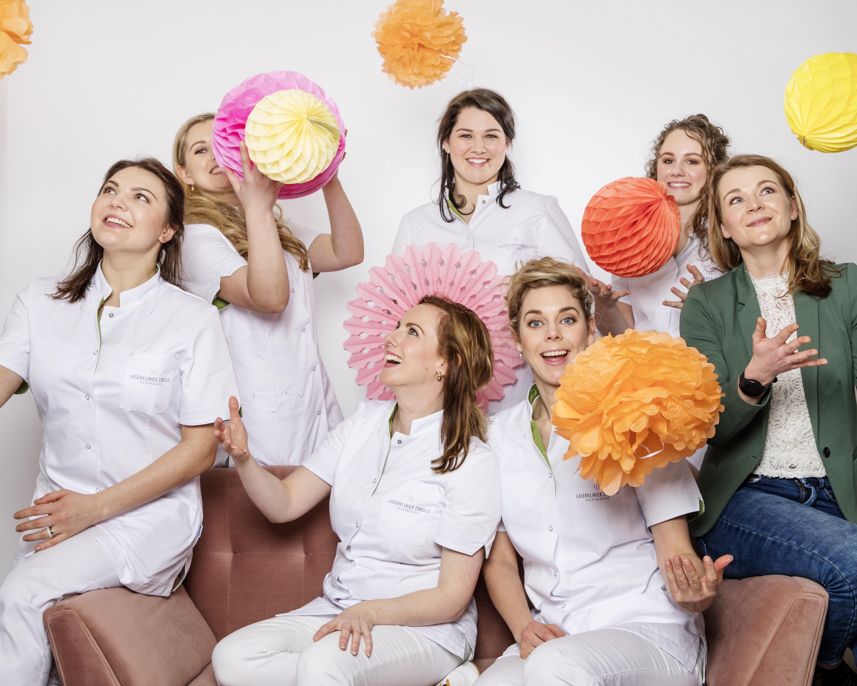 Het team van deskundige huidtherapeuten in feeststemming, in oktober a.s. vieren wij ondanks de tegenslag van Corona ons 12,5 jarig jubileum