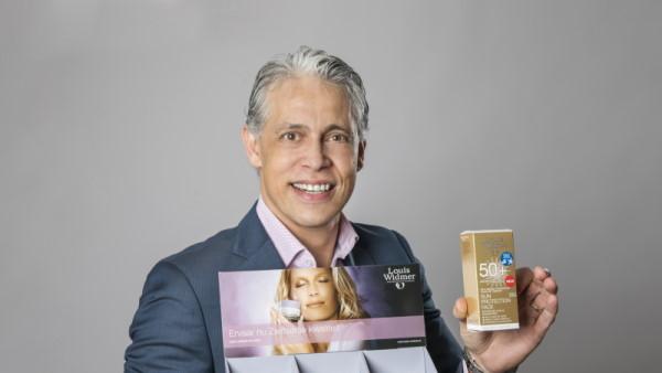 Peter Leyting van Louis Widmer zorgt voor leuke goodies tijdens het jubileum