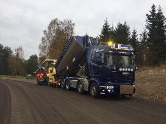 Lastebil med asfalthenger
