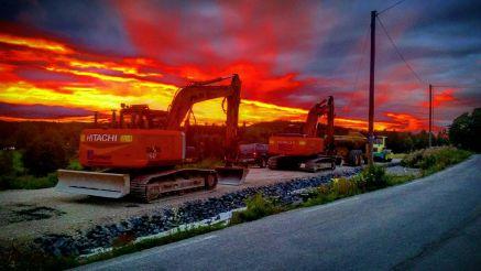 To gravere i solnedgang