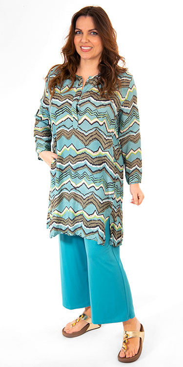 This model is wearing a stylish zig zag Gyvi tunic from Masai paired with Q'neel jersey crop trousers in teal