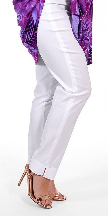 This model is wearing stretch white narrow trousers from Mona Lisa