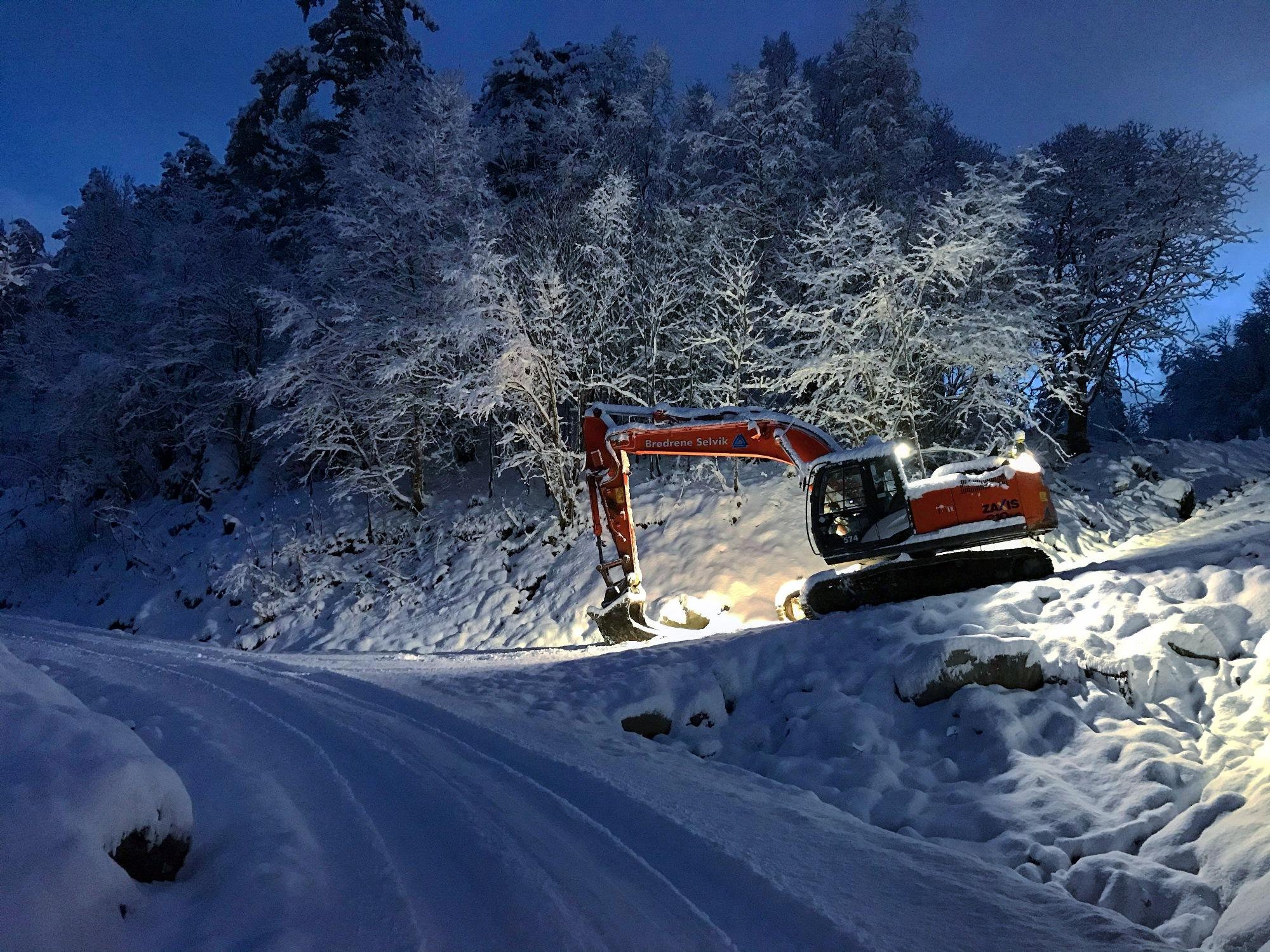 Bilete frå gravemaskin i arbeid med Skogvegar på Espeland