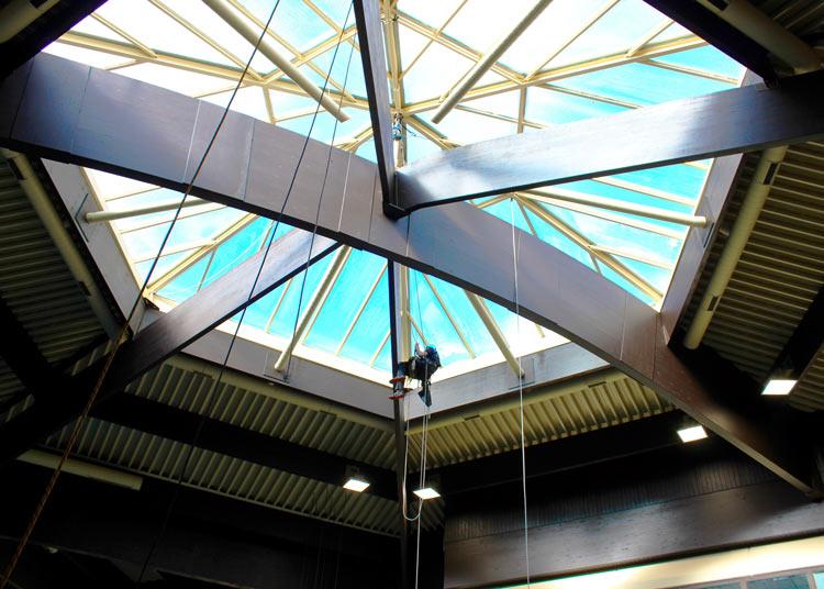Prüfung der Dachkonstruktion durch Industriekletterer