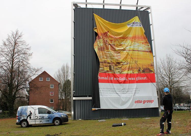 Kletterteam Hamburg montiert Großflächenwerbung