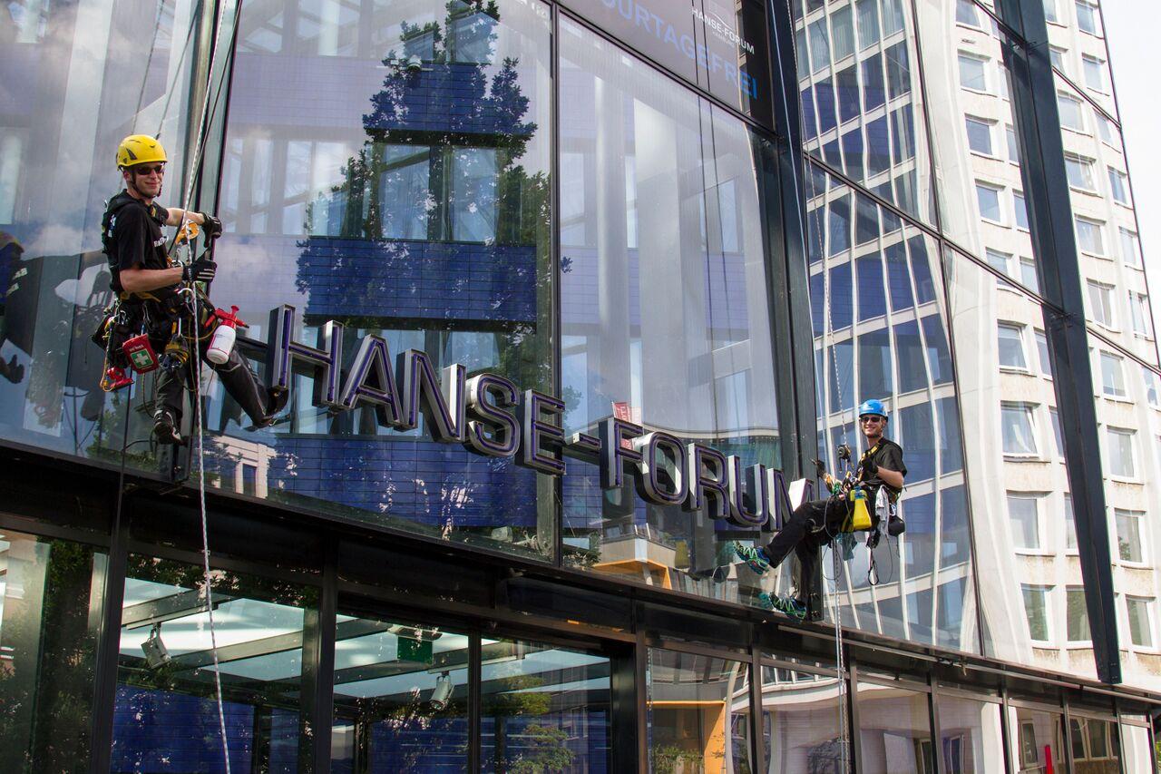 Fassadenreinigung - Glasfassadenreinigung durch Industriekletterer in Hamburg