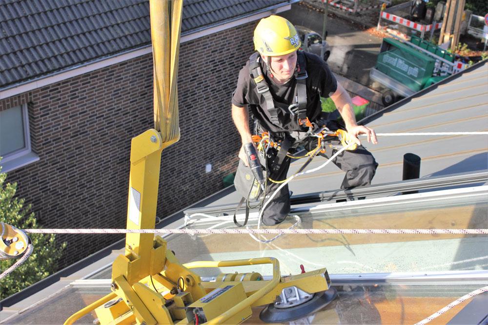 Montage von Glasflächenfenstern im Dach |Industriekletterer Hamburg