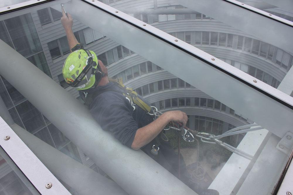Reinigungsarbeiten an Glasdach | Industriekletterer Hamburg
