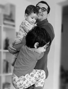Vitor Guerra segurando os dois filhos