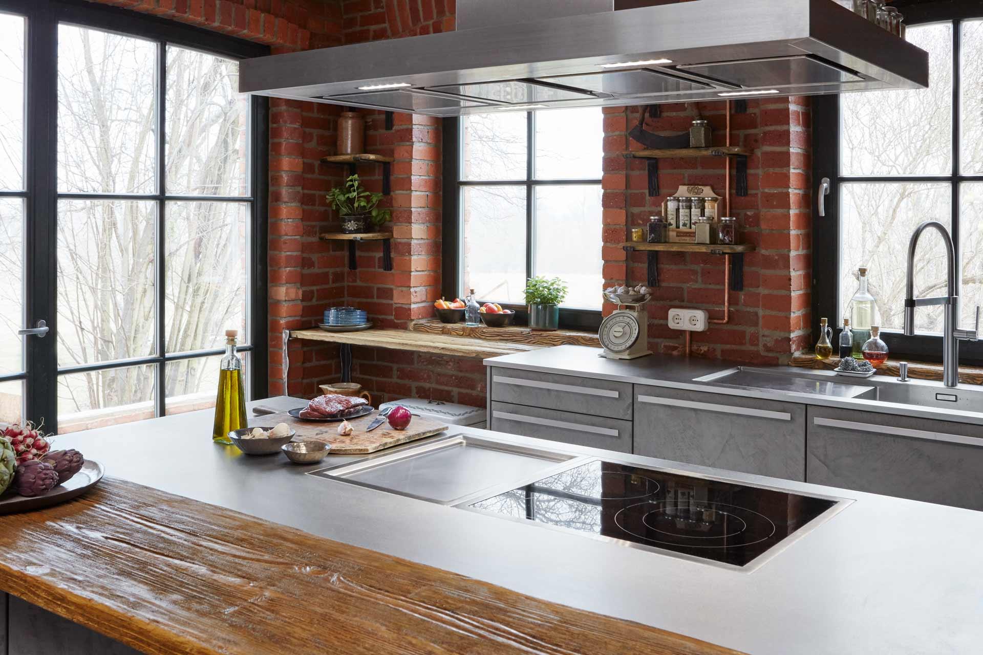 Industrial-Küche in alter Scheune mit handgespachtelter Beton-Front