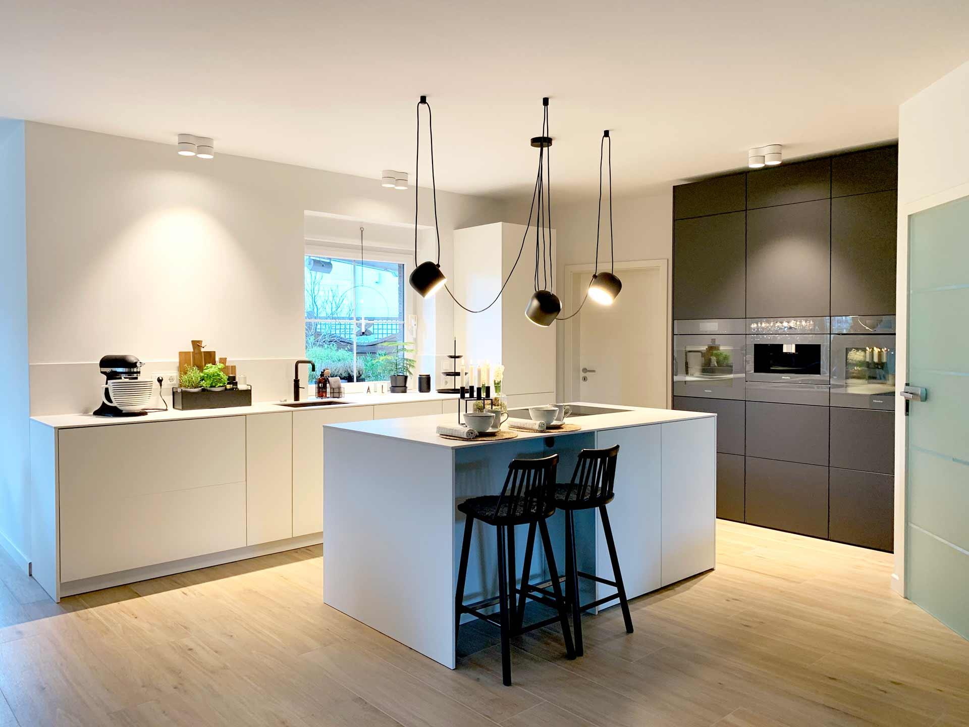 Minimalistische Inselküche in Schwarz und Weiß