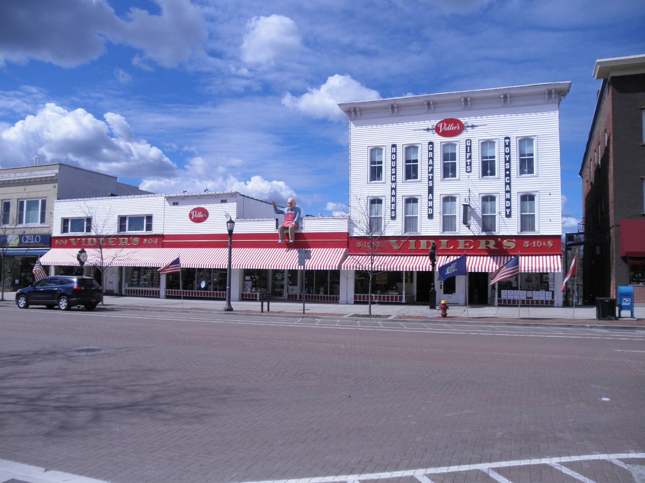 The entire 20,000 sf Vidlers Storefront