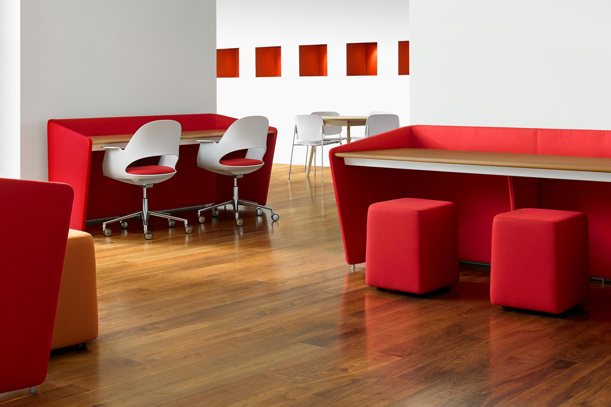 Office furniture continues to evolve with shapes, materials and colors that lighten and brighten the work and school environment.