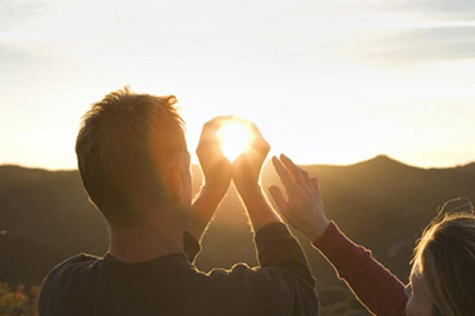 модель фото человека держащего солнце секрет его