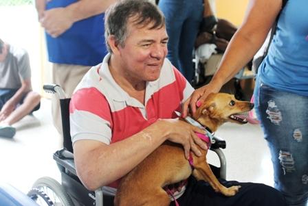 Terapeutas caninos visitam Pequeno Cotolengo