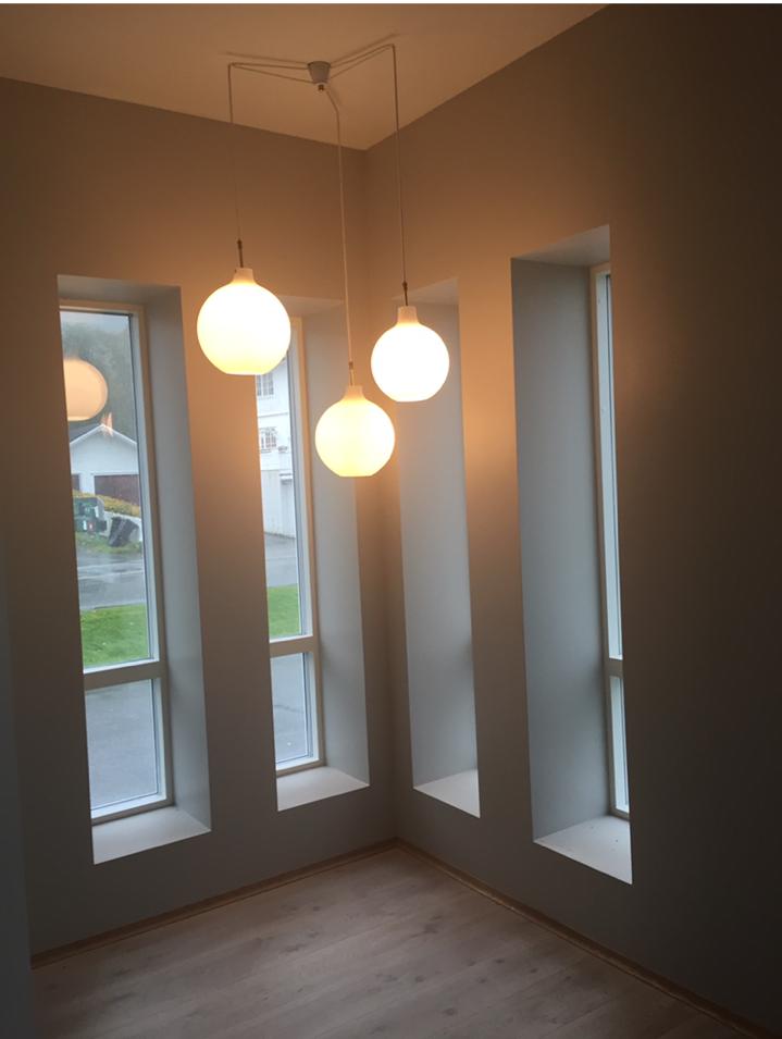 innvendig tårn. Her har de vakre gamle glasskuppel-lampene fra gamlebedehuset fått sin velfortjente plass.