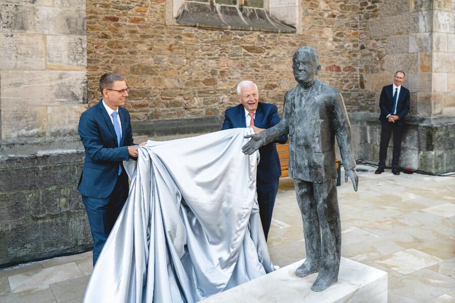 Hartmut Knothe and Markus Dreßler unveil the monument