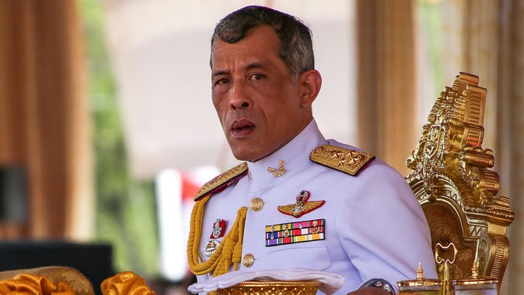 Tailandesa conclui bacharelato aos 91 anos e recebe diploma do rei
